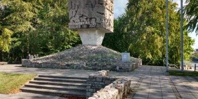 Kolejny zpunktów widokowych naturystycznej mapie Kaszub. Tym razem zeszczytu podziwiać można panoramę Wzgórz Szymbarskich, jeziora Brodno orazOstrzyckiego. Tutaj znajduje się również pomnik partyzantów kaszubskich przypominający oheroicznej walce Kaszubów oniepodległość Polski. Odległość: 15 km