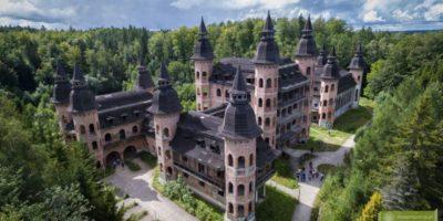 """Wielka wizja iwielka niewiadoma, czyli historia oniedokończonym zamku, którymimo swojego """"surowego stanu"""" zachwyca wyglądem, kształtem iwielkością - kilka pięter, 365 okien i12 wież naprawdę robi wrażenie!Odległość: 28 km"""